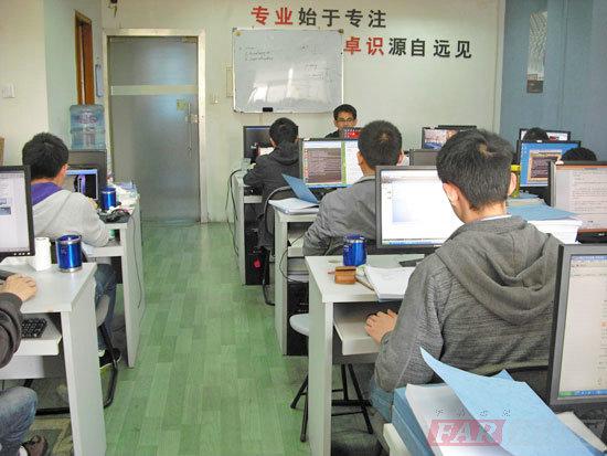 华清远见上海中心新老学员经验交流会成功举办 来源:华清远见嵌入式培训上海分中心  2012年11月18日华清远见上海中心在银海大厦A-406成功举行了新老学员经验交流会。参加本次交流会的老学员有1201期徐聪明,12041期的丁森以及王巍栋。举行此次交流会的目的是让12081期的学员们能少走点弯路,能尽快实现自己的梦想,早日踏上嵌入式这一行业。 首先12041期的王巍栋从以下几点给予了大家一些建议与见解。 第一、要正确定位:首先要清楚自己是什么状态,是刚刚毕业还是转行?还是已经有相关经验?不同的状态应该有