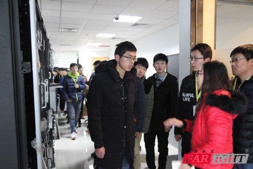 学生们参观企业研发中心